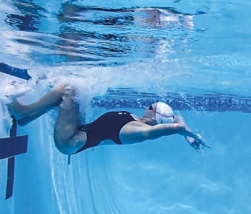 разворот в бассейне кувырком-min