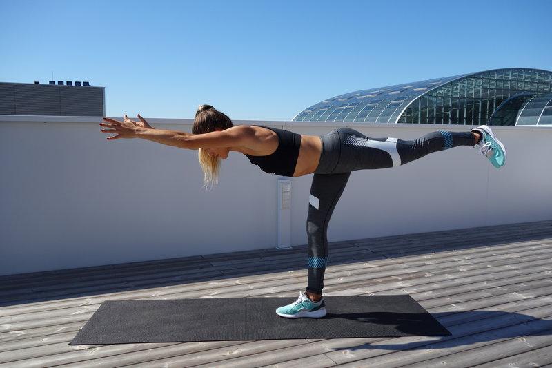 упражнение воин с подъемом ноги и наклоном