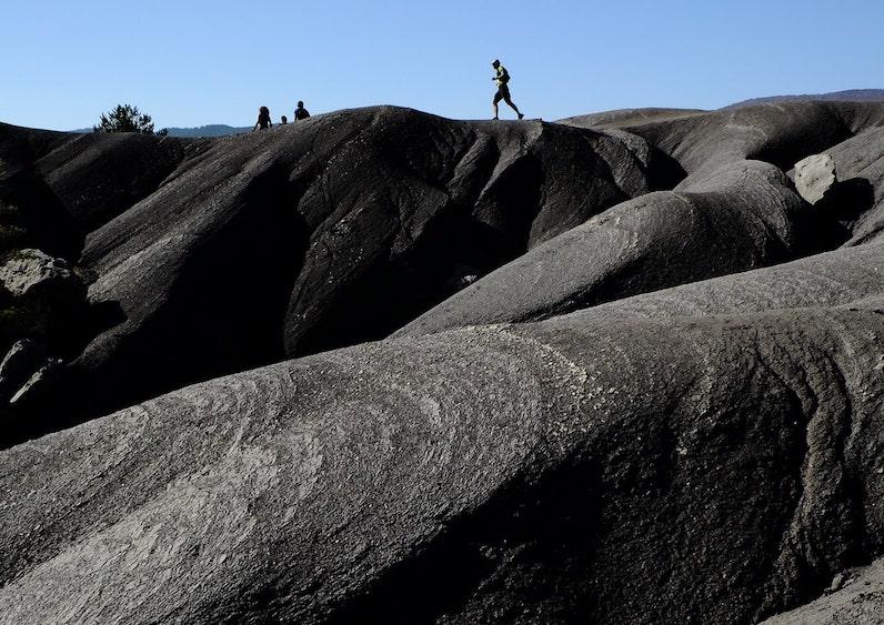 бег по каменистому ландшафту