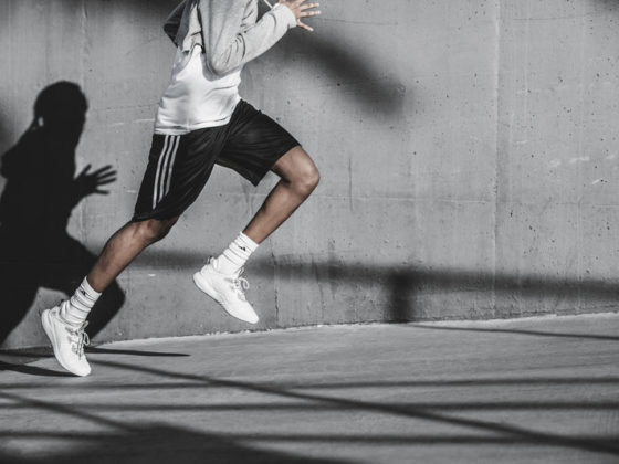 парень бежит и видно его тень