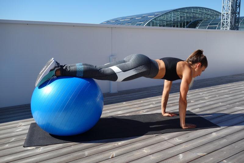 девушка делает клин на фитболе