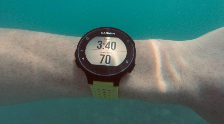 часы для плавания и бега Garmin под водой