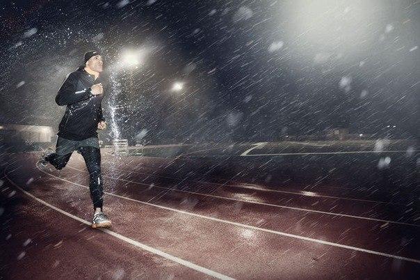 парень бежит по дождю
