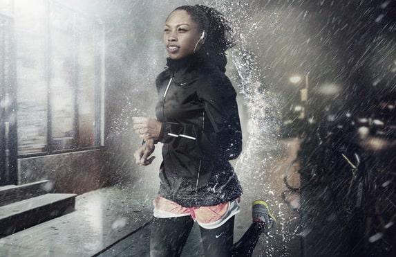 девушка бежит по дождю