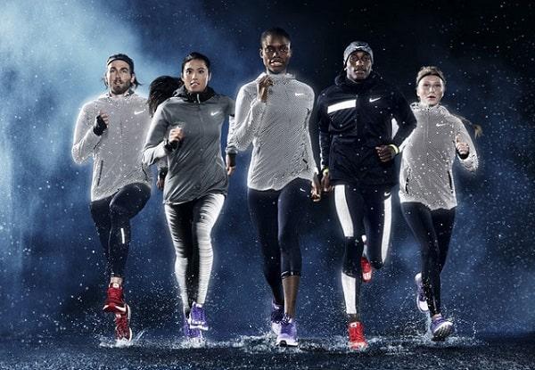 спортсмены бегут по дождю