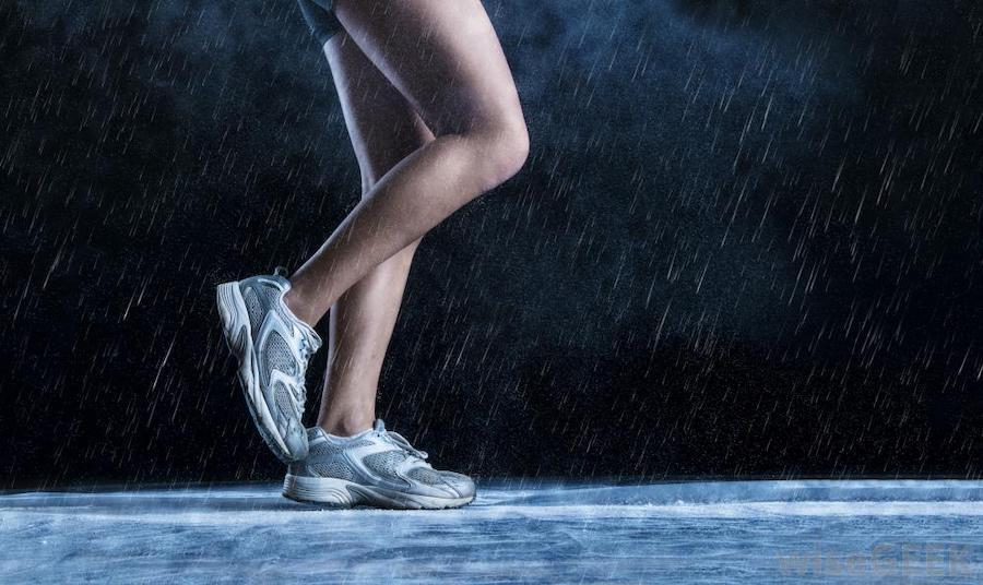девушка бежит а дождь идет