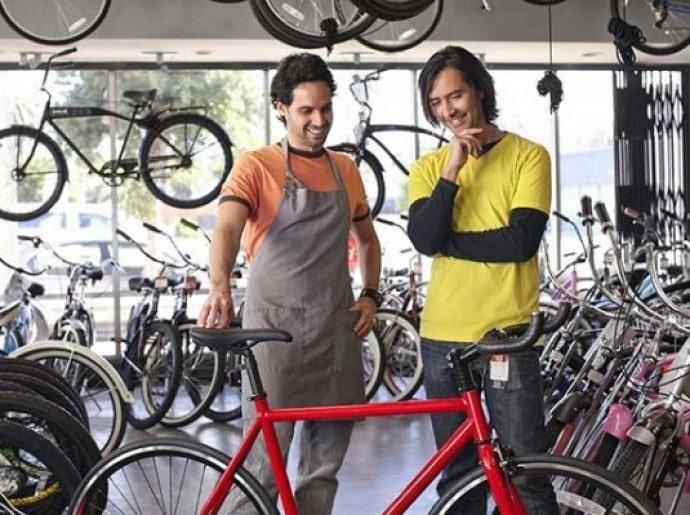 парни подборают велосипеда