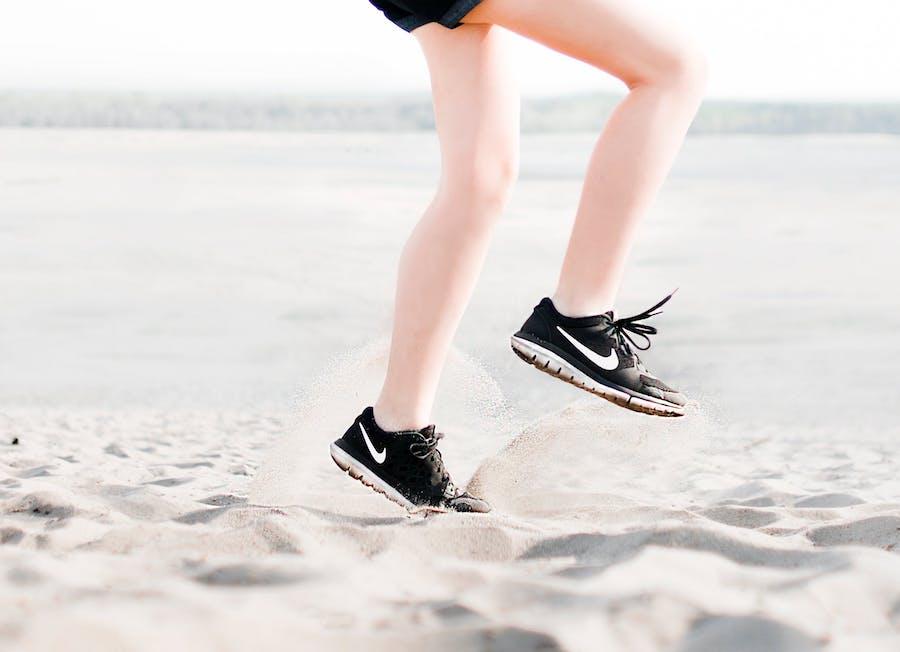 бег по песку