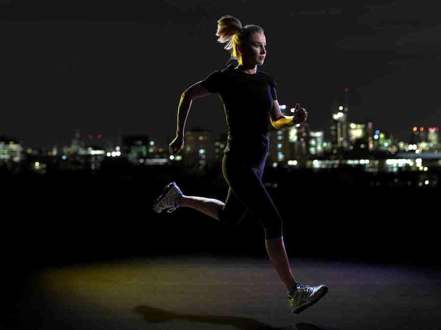 девушка бежит ночью