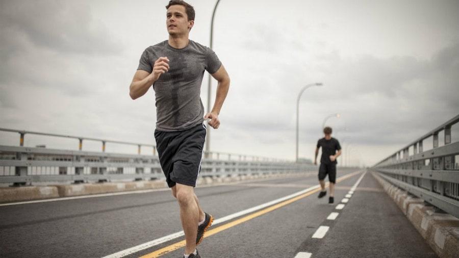 парень бежит по мосту