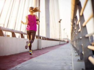 девушка бежит по мосту