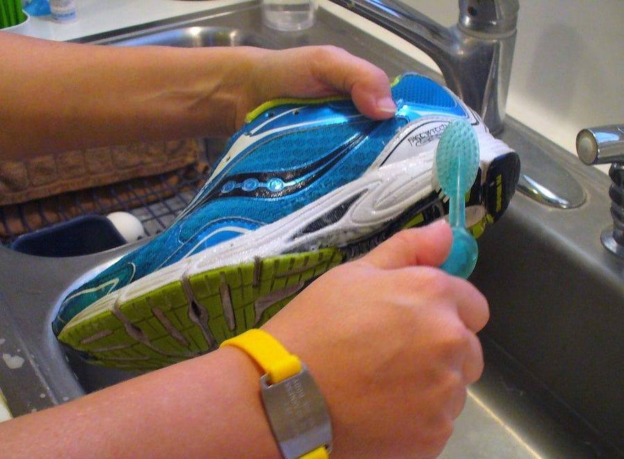 чистка кросовок зубной счеткой